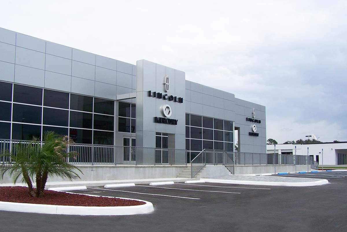 Plaza Lincoln Mercury's 20,000 sq ft metal building in Florida has a sleek facade that mimics the quality vehicles it houses.