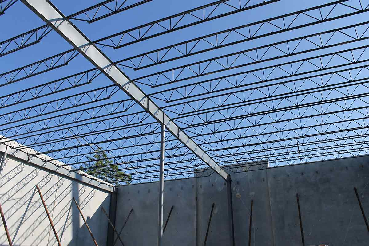 Construction of a long bay metal building at Port Jax Trade Center in Florida, which will accommodate bays up to 60 ft long.